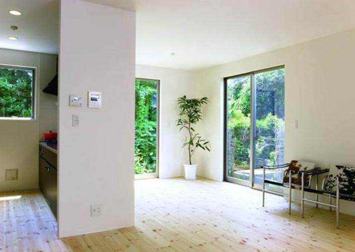 中庭を囲む家の部屋 自然素材の床のリビング