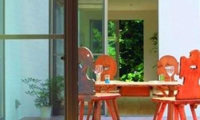 中庭を囲む家 (寝室から中庭を見る)