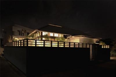 大屋根の家 (外観-夜景)