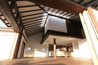 大屋根の家 (庭に溶け込むリビング)