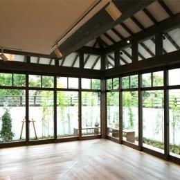 大屋根の家 (リビングから庭を眺める-closed)