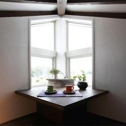 大屋根の家 (窓際スペース)
