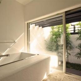 大屋根の家 (光をとりこむ浴室)