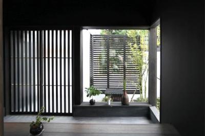大屋根の家 (趣きのある玄関1)