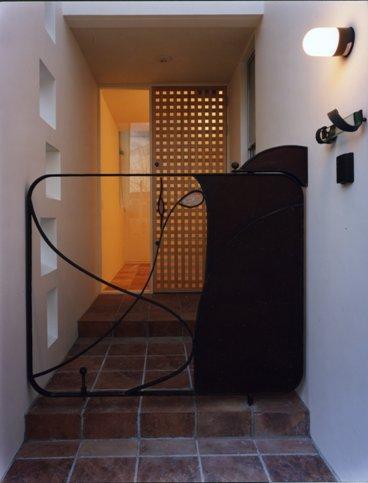 Takada-Cho BOXの部屋 玄関手前の門