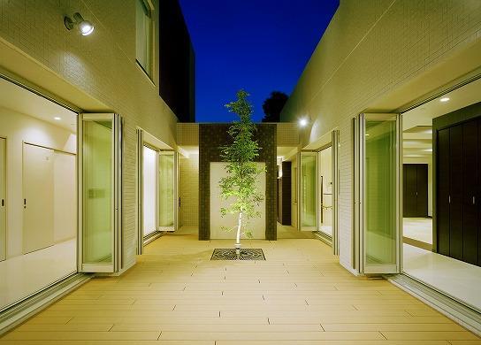 N邸の部屋 光庭/中庭-夜景