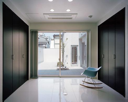 N邸の部屋 庭に面した個室