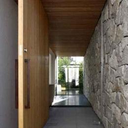 壁層の家 (玄関)