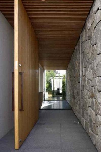 玄関 (壁層の家)
