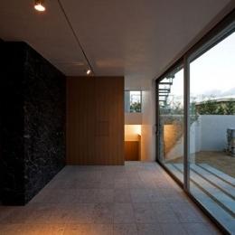壁層の家 (庭に面した空間)