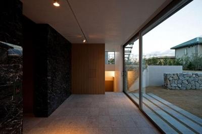 庭に面した空間 (壁層の家)