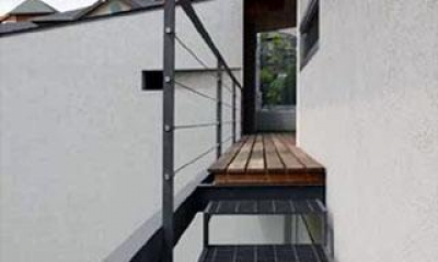 壁層の家 (庭につながる階段)