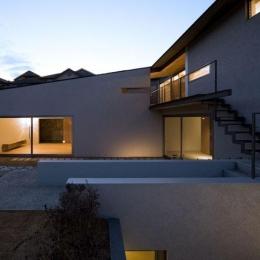 壁層の家 (庭-夕景)