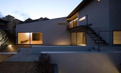 庭-夕景|壁層の家