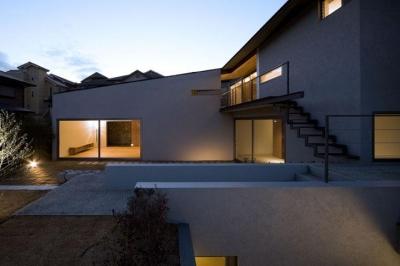 庭-夕景 (壁層の家)