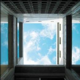 乾御門の見える家 (光庭にて空を見上げる)