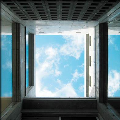 乾御門の見える家の部屋 光庭にて空を見上げる