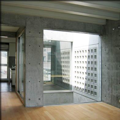 乾御門の見える家の部屋 ガラス張りの光庭