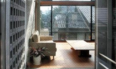 乾御門の見える家 (光庭上部からリビングを見る)