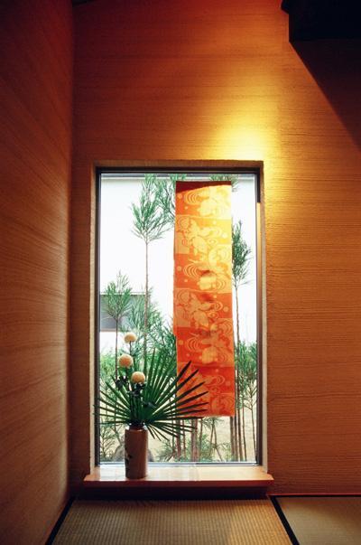 田園に建つ町屋の写真 和室のガラス窓