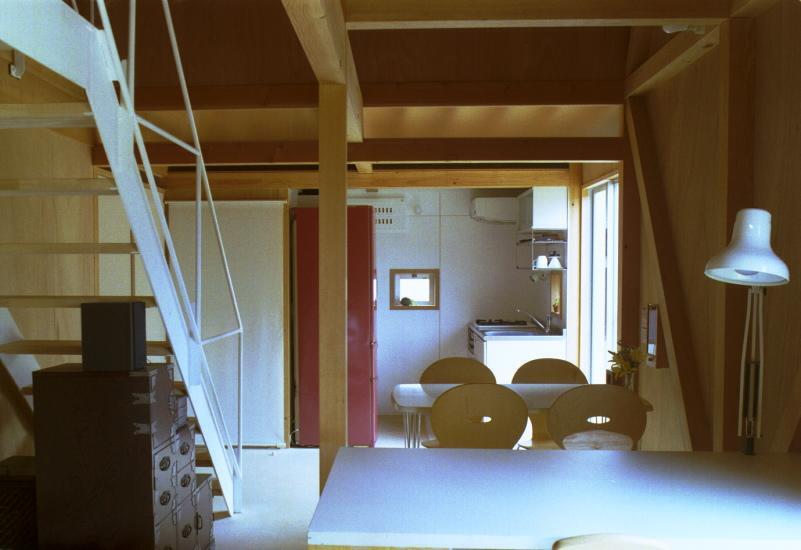 自邸(山方の住宅)の部屋 アトリエからダイニングキッチンを眺める