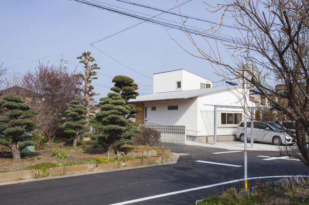江南の住宅 (白い外観-正面)