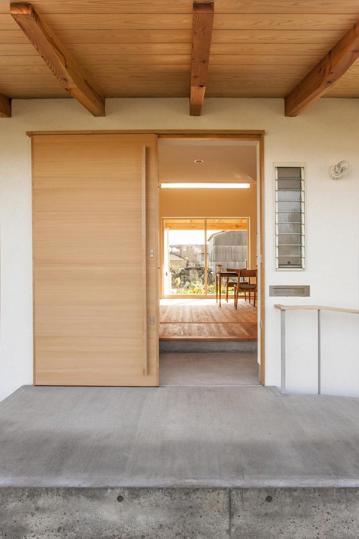 江南の住宅 (引き戸の玄関)
