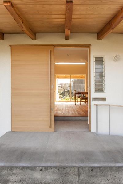 引き戸の玄関 (江南の住宅)