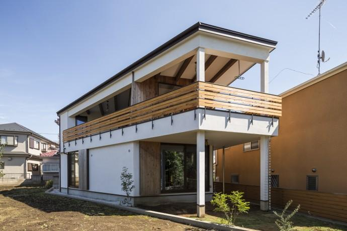 緑豊かな庭を背景に「甲板のある家」 (外観)
