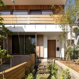 緑豊かな庭を背景に「甲板のある家」 (外観-正面)