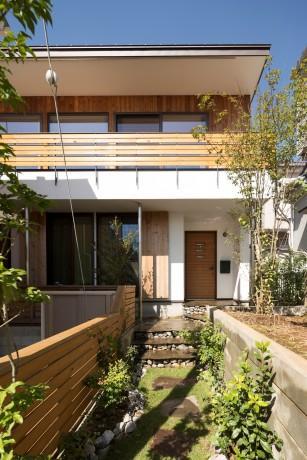 緑豊かな庭を背景に「甲板のある家」の部屋 外観-正面