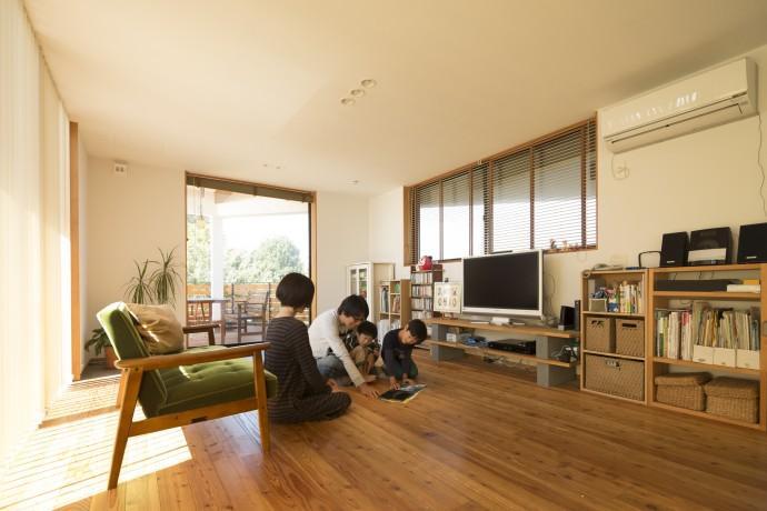 緑豊かな庭を背景に「甲板のある家」の部屋 ウッドデッキとつながるリビング