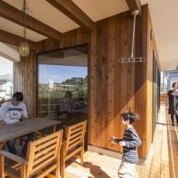 緑豊かな庭を背景に「甲板のある家」