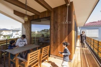 緑豊かな庭を背景に「甲板のある家」 (アウトドアリビングのあるバルコニー)