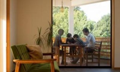緑豊かな庭を背景に「甲板のある家」 (リビングからバルコニーを見る)
