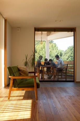 工務店:株式会社 高砂建設「緑豊かな庭を背景に「甲板のある家」」