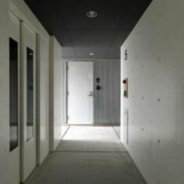 コンクリート打ちっぱなし仕上げの廊下(撮影:Satoshi Asakawa) (pino2)