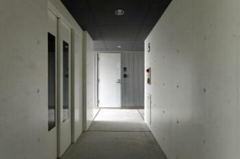 pino2の部屋 コンクリート打ちっぱなし仕上げの廊下(撮影:Satoshi Asakawa)