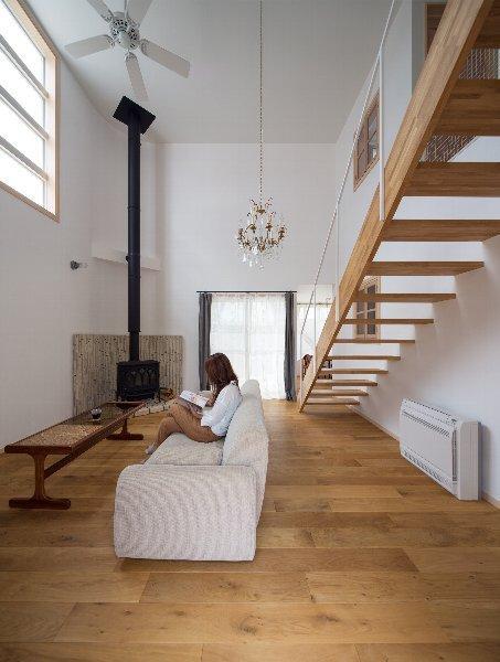 住宅作品1の部屋 薪ストーブのあるリビング1(撮影:石井紀久)