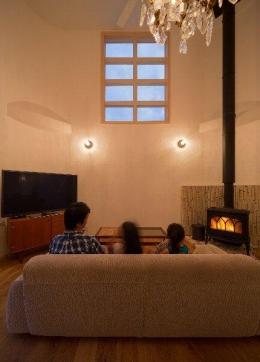 住宅作品1 (薪ストーブのあるリビング2(撮影:石井紀久))