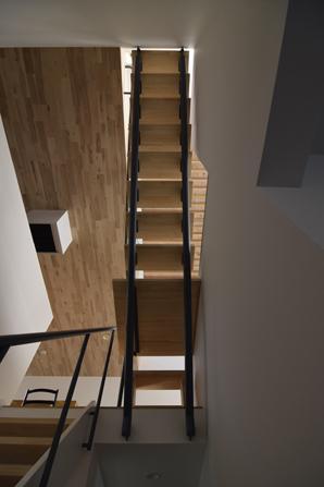 TAK(タック)の写真 2階と3階ロフトにつながる階段(撮影:Masahide Iida)