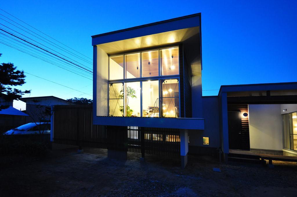floating living-room houseの写真 外観-夜景