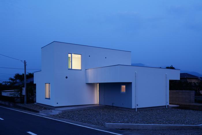 『ループ&ループ』建具の開閉によって行き止まりをつくらないの写真 外観-夕景(撮影:Makoto Yasuda)
