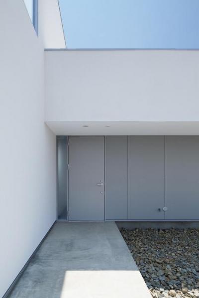 玄関(撮影:Makoto Yasuda) (『ループ&ループ』建具の開閉によって行き止まりをつくらない)