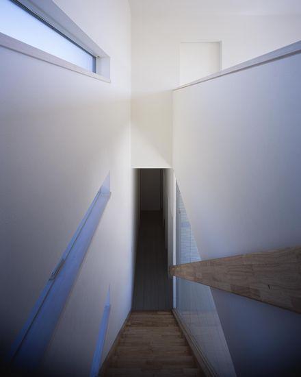 倉敷の家の部屋 ガラスで仕切られた階段(撮影:野村和慎)