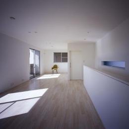 日差しの差し込むベッドルーム(撮影:野村和慎) (倉敷の家)