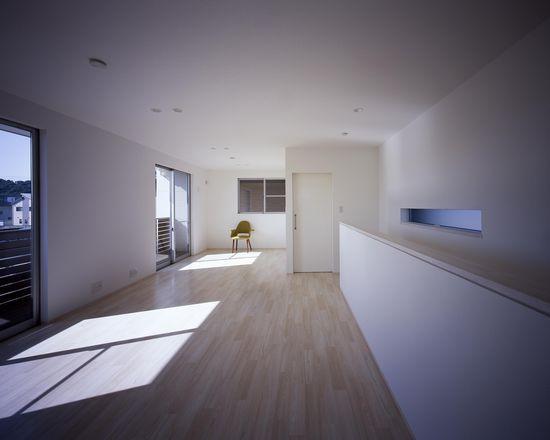 倉敷の家の部屋 日差しの差し込むベッドルーム(撮影:野村和慎)