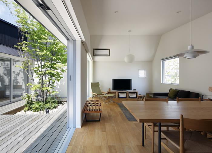 草津のコートハウス (中庭に面したリビングダイニング)