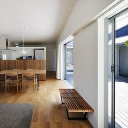 明るいダイニングキッチン (草津のコートハウス)