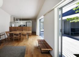 草津のコートハウス (明るいダイニングキッチン)